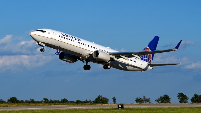 UNited Airlines Boeing 737 taking off
